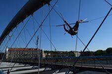 Akrobati cez most Kladka Ojca Bernatka