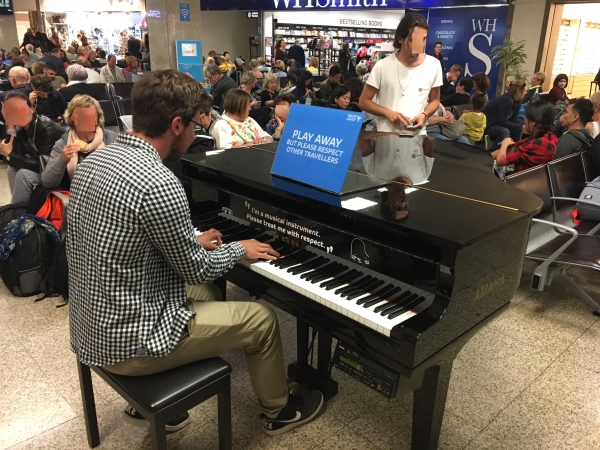 Malta medzinárodné letisko, klavír